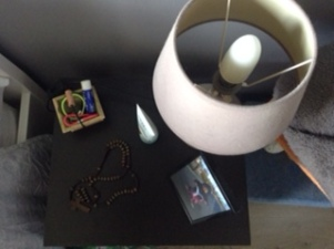 Tout les petits objets que j'aime garder dessus: une photo de ma fille, un petit panier décoré par ses soins et dans lequel je peux mettre mes élastiques..., ma crème pour les mains et un chapelet